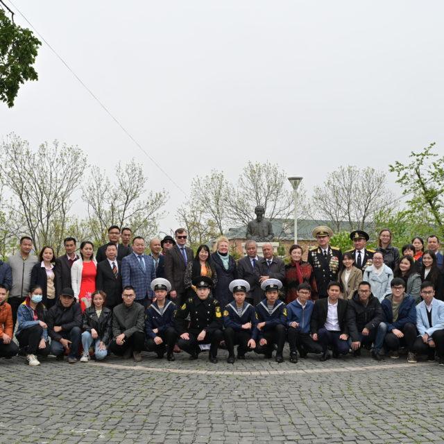 Владивосток: возложение цветов к памятнику Хо Ши Мину