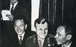 Ю.А. Гагарин и Фам Ван Донг беседуют в салоне поезда Ленинград-Москва. 1961 г. Архив внешней политики РФ